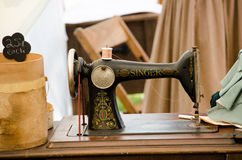 古板的歌手缝纫机 免版税库存照片