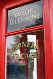 古板的电话箱子 免版税库存图片