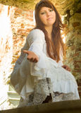 古板的白色礼服的女孩在废墟老庄园中13 图库摄影