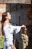 古板的白色礼服的女孩在废墟老庄园中18 库存图片