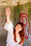 古板的白色礼服的女孩在废墟老庄园中16 库存照片