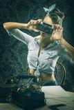 古板的礼服的葡萄酒妇女,拿着老照相机 免版税库存图片