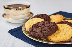 古板的糖和双重巧克力曲奇饼用咖啡 免版税库存图片