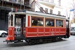 古板的红色电车乡情在伊斯坦布尔 免版税库存图片