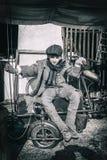 古板的自行车的男孩 库存照片