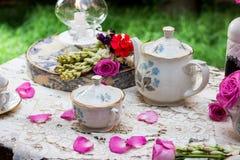 古板的茶具在庭院里 免版税图库摄影