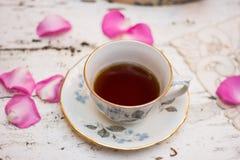 古板的茶杯在庭院里 库存图片
