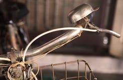 古板的葡萄酒自行车把手和响铃 免版税库存照片