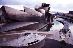 古根海姆美术馆毕尔巴鄂西班牙蜘蛛桥梁工程白天 库存照片