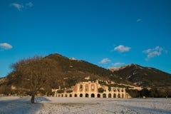 古比奥罗马圆形露天剧场的废墟  免版税库存图片