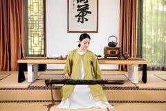 古筝表现中国茶道 免版税图库摄影