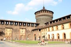 古老中世纪城堡结构庭院视图在米兰意大利 免版税库存照片