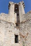 古老中世纪堡垒在村庄Luseram,普罗旺斯Alpes轻便小床 库存图片