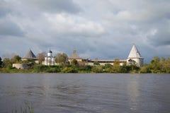 古老中世纪堡垒的看法,云彩9月天 Staraya拉多加,俄罗斯 免版税库存照片