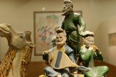古老中亚音乐家雕象  库存图片