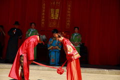 古老中国传统婚礼、弓对天堂和地球作为婚礼一部分 库存照片