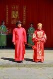 古老中国传统婚礼、弓对天堂和地球作为婚礼一部分 免版税库存照片