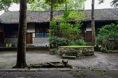 古老中国住宅大厦庭院在夏天雨以后的 免版税库存图片