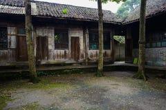 古老中国住宅楼a地衣隐蔽的庭院  免版税图库摄影