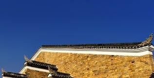 古老中国大厦屋顶在天空蔚蓝下的 免版税库存照片