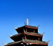 古老中国大厦屋顶在天空蔚蓝下的 图库摄影