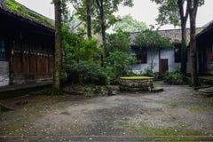 古老中国大厦庭院在夏天雨以后的 免版税库存照片