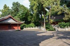 古老中国大厦被遮蔽的庭院在晴朗的下午的 免版税库存照片