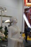 古老中国女孩举行了灯笼石雕刻 免版税库存照片