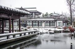 古老中国庭院雪风景  库存图片
