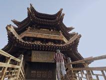 古老中国木塔,附近的新月形月亮春天 免版税库存图片