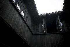 古老中国木大厦顶楼房屋  免版税库存图片