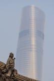 古老中国雕塑和上海塔 免版税库存照片