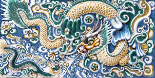 古老中国龙金黄雕象 免版税库存照片