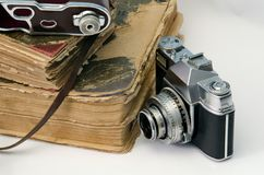 古老书和葡萄酒影片照相机 库存图片