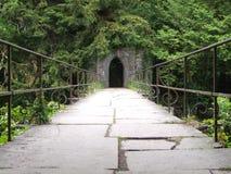 古老人行桥&石头曲拱门户 免版税图库摄影