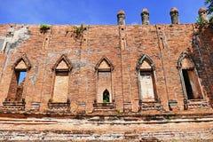古老传统暹罗Wat从晚阿尤特拉利夫雷斯期间的Kudi Dao样式佛教寺庙风景外视图在Histor 图库摄影