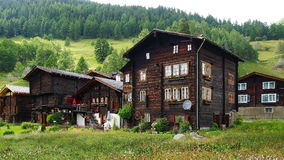古老传统瑞士山中的牧人小屋 免版税库存图片