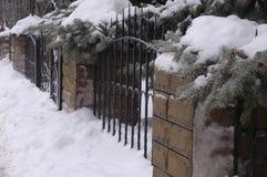 古老伪造的篱芭由金属和石头制成在冬天 库存图片