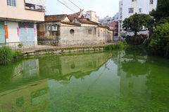 古老住宅池塘  库存图片