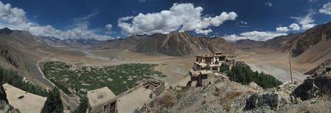 古老佛教徒修道院Stongde Gonpa在Zanskar巨大的山谷,一张全景照片中的一个岩石上升,喂 免版税库存照片