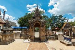 古老佛教徒,在Wat赖Hin Luang Khong寺庙, Lampang,泰国的Singha雕象 库存图片