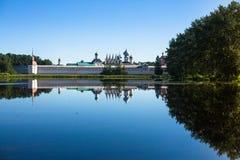 古老俄国假定修道院在Tikhvin市,俄罗斯 旅行 免版税库存照片