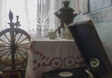 古老俄国式茶炊女子和一部电唱机休闲的 库存照片