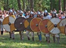 古老俄国战士线历史重建Gnezdovo节日的  免版税库存照片