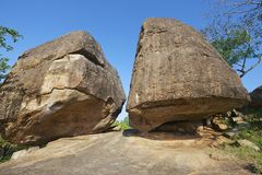 古老修士凝思陷下在大岩石下在阿努拉德普勒,斯里兰卡 免版税库存图片