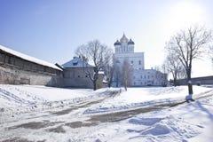 古老克里姆林宫在市普斯克夫 三位一体大教堂 免版税图库摄影