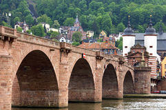 古老内卡河桥梁和城市门海得尔堡 库存照片