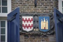 古老冠和雕象在Haastrecht,小镇市政厅Krimpenerwaard的,荷兰 库存照片