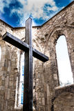 古老十字架里面废墟 库存照片