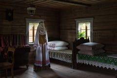 古老卧室内部木房子Rumsiskes立陶宛 免版税库存图片